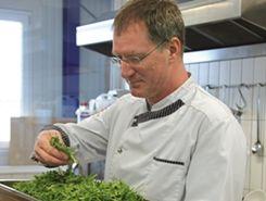 Markus Bruderhofer bei der Qualitätskontrolle