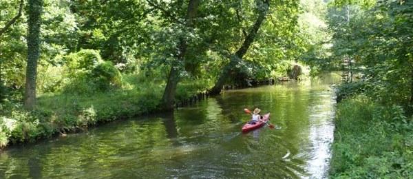 Wasserfließ im Spreewald mit einer Kanufahrerin